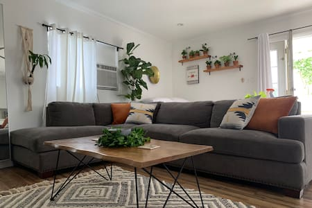 This  charming plant friendly studio welcomes you!