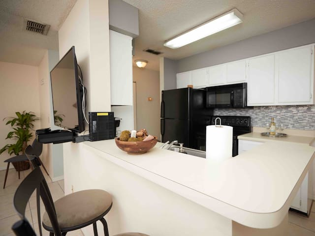 NEW CONDO SUPER CLEAN mins from UNIVERSAL STUDIOS!