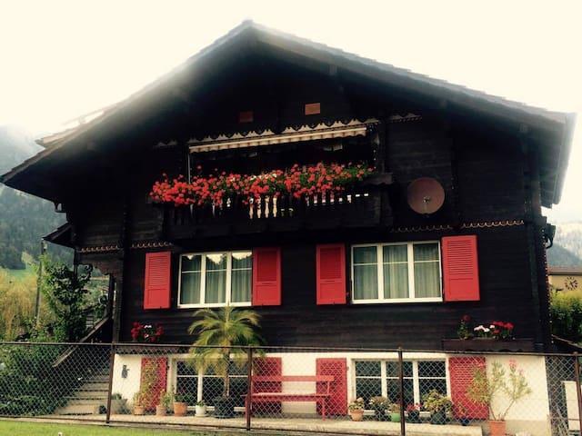 Gemütliches Zimmer mit eigenem Bad - Frutigen - Haus