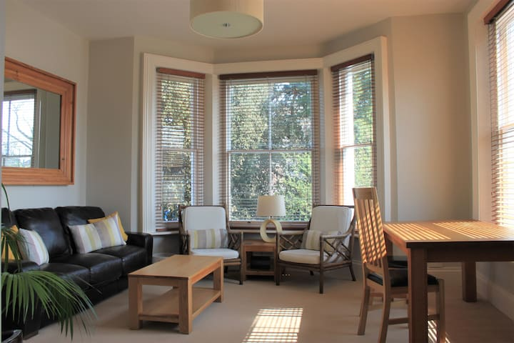 Spacious 2 Bed Apt in Westbourne with Beach Hut