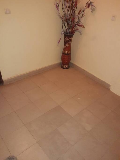 petit espace familiale et petit cour extérieur avec toilettes extérieur