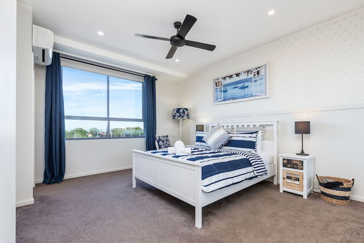 Spacious Master Bedroom with Queen size bed, ceiling fan, air conditioning, smart tv with netlix and a private ensuite bathroom