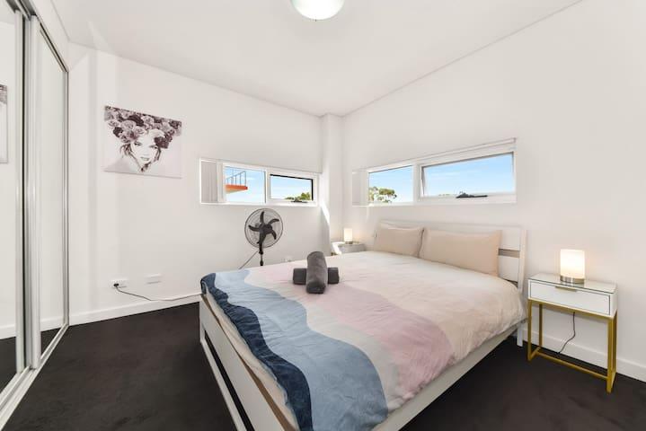 1st queen bedroom-near living area