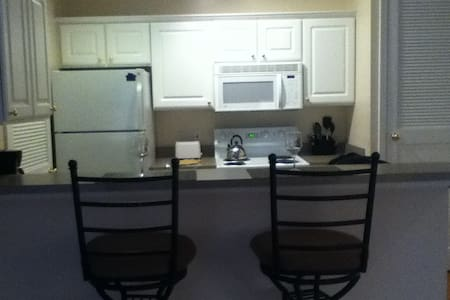 Cozy w/Full Kitchen, Furnished & Tons of Amenities - Apartamento