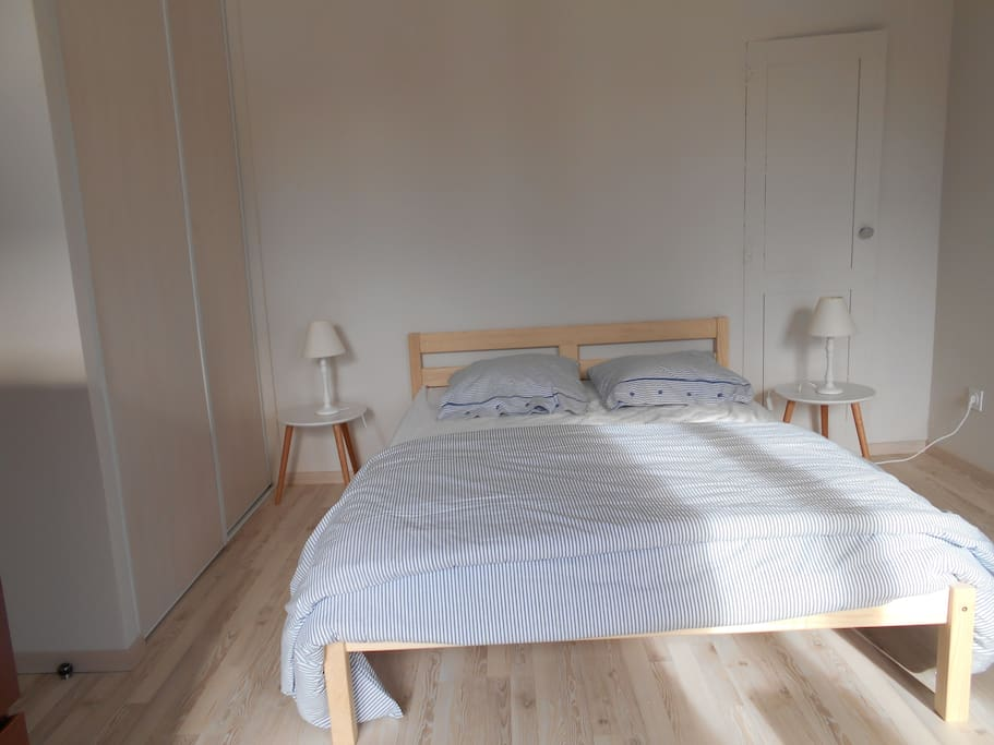 chambre d 39 h tes dans grande maison bourgeoise bed breakfasts te huur in valence d 39 agen. Black Bedroom Furniture Sets. Home Design Ideas