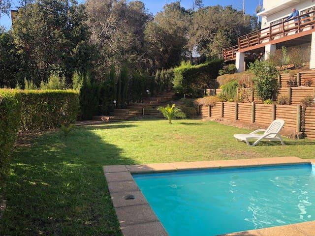 Casa Papudo - Piscina con áreas verdes