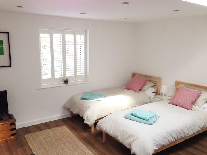 Self-contained studio in quiet leafy road