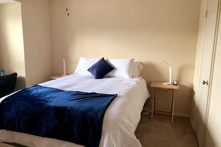 Comfy upstairs Private Bed & Bath close to airport