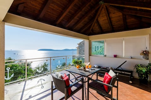 Indy's Beach -Two Bedroom Apartment with Balcony and Sea View