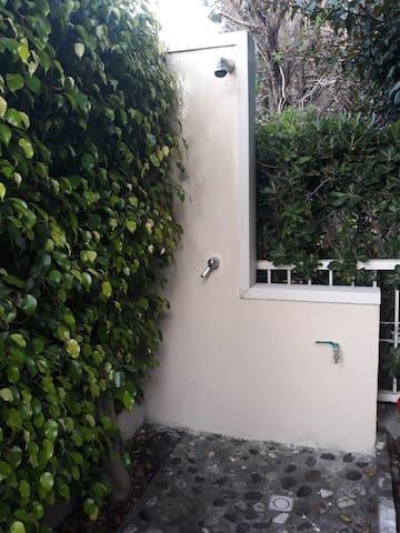 Doccia esterna in giardino