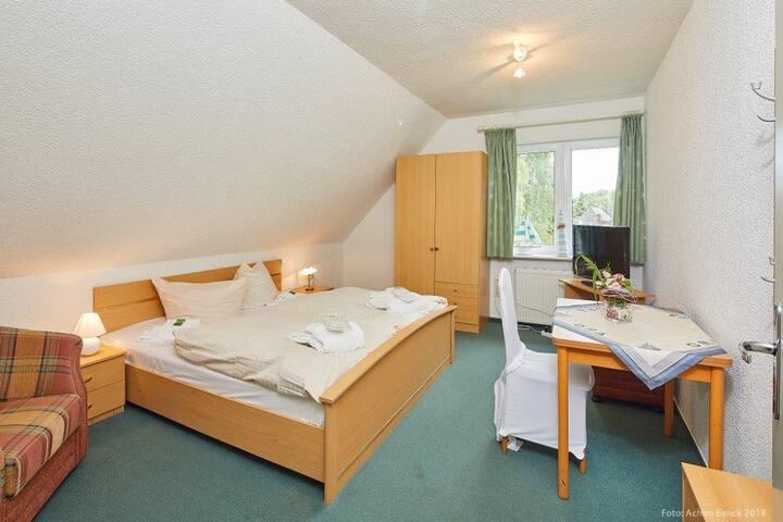 Ruhiges Doppelzimmer mit Bad im Haus Dorfstraße