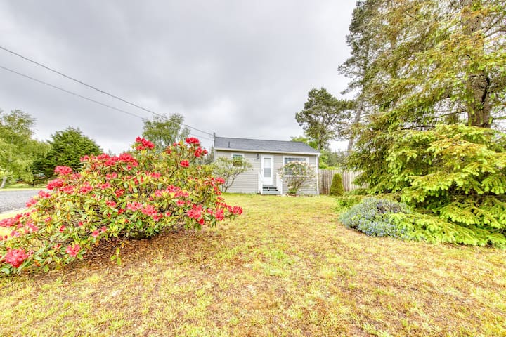 Premium Cleaned | Charming, dog-friendly cottage w/ yard & firepit - walk to beach!