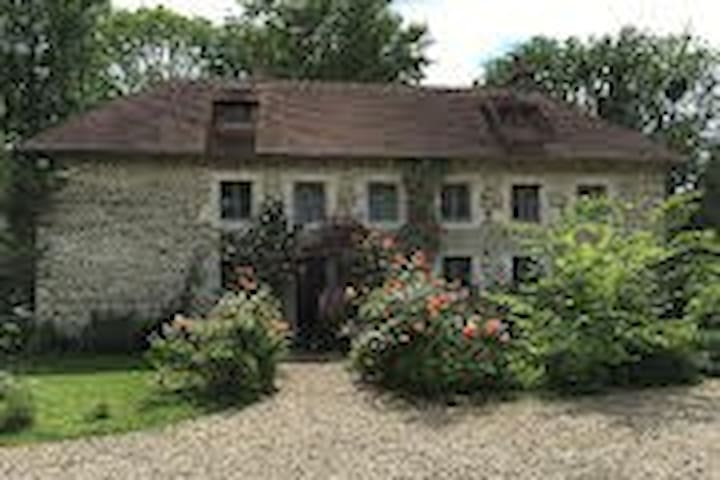 Lovely cottage and Manoir views from every room. - Saint-Martin-de-Sallen - House