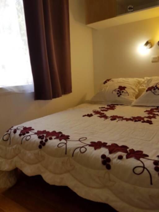 chambre avec rangement lit 2 place prendre ses draps et couvertures