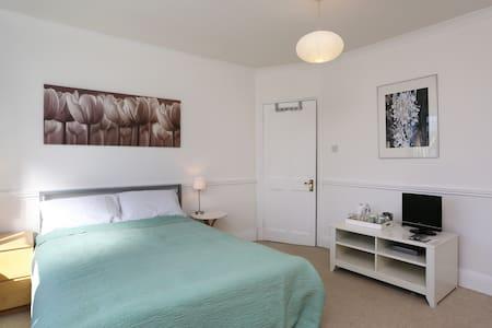 Lovely double room in leafy London - Beckenham