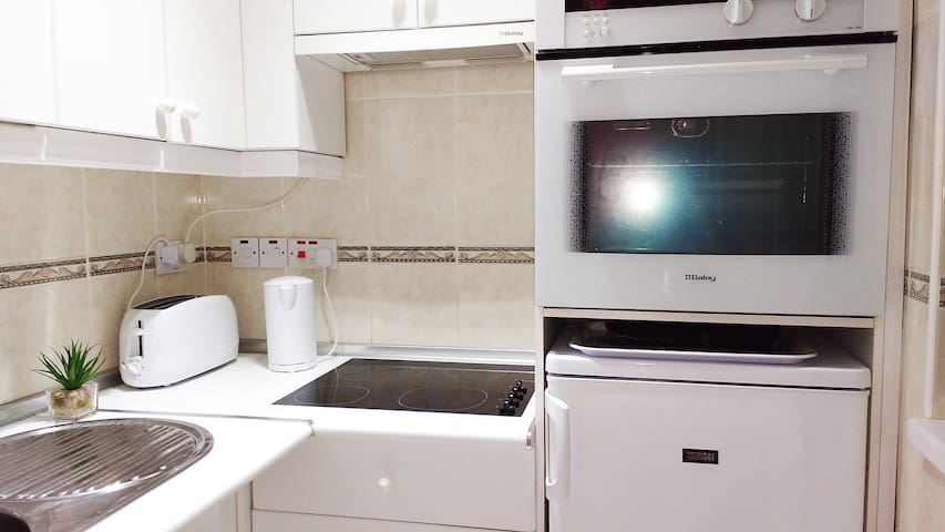 Its all about the place - fab beachfront studio! - Gibraltar - Apartamento