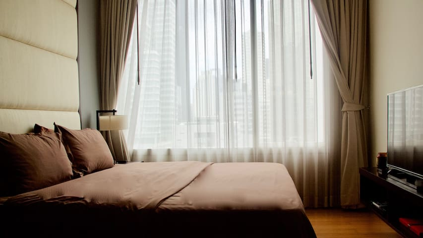 KING SIZE BED, QUALITY LINING AND 4 PILLOWS  Wake up naturally at a comfortable bed and open the curtains to get a city view