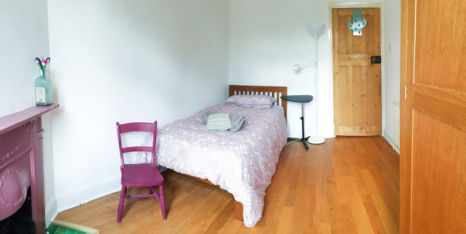Single room with private bathroom in Golders Green