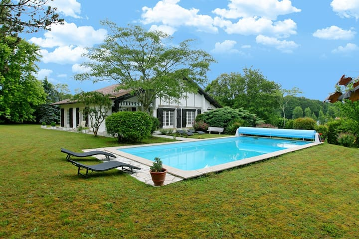 Arbonne Villa with Charming Gardens/Heated Pool
