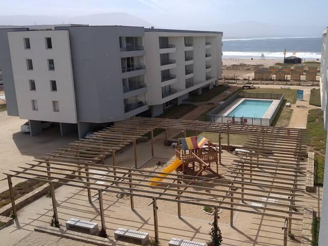 Vista desde balcón. El condomino cuenta con dos piscinas (adultos y niños), además de juegos para niños, salas multiuso, entre otros.
