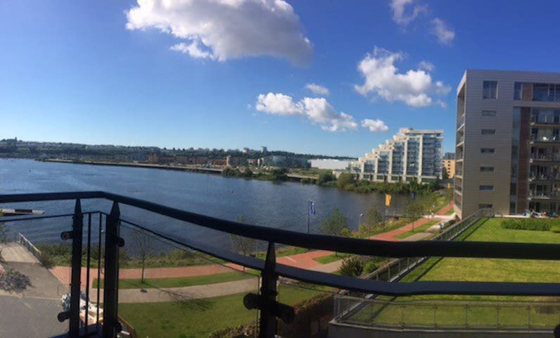 Room with balcony in luxury waterfront apartment - Cardiff - Leilighet