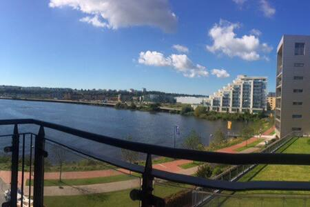Room with balcony in luxury waterfront apartment - Cardiff - Lakás