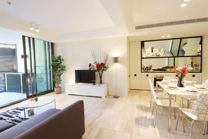 悉尼CBD 5星级设计感高层豪华2房公寓,温馨阳台尽享市中心夜景!