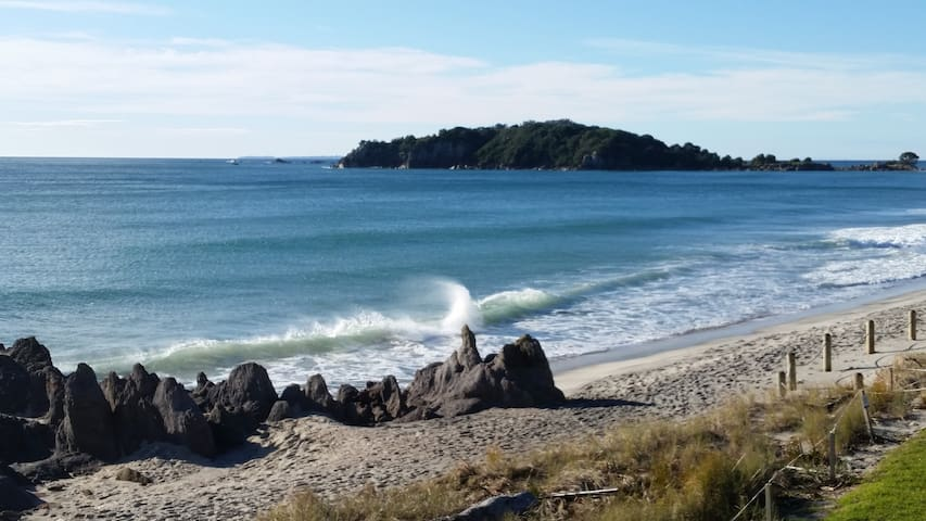 Quiet stay, 10 minutes walk from NZ's No 1 Beach