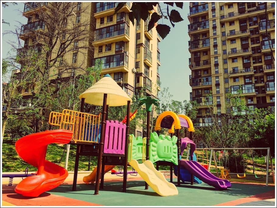 树荫下的儿童乐园