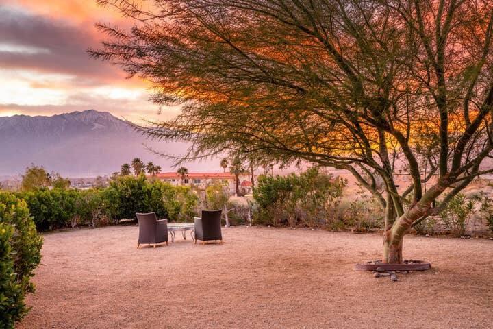 #1 Desert Hotel Hideout, Queen Suite