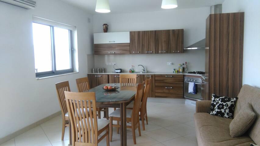 Large penthouse close to beach - L-Imġarr - Apartamento