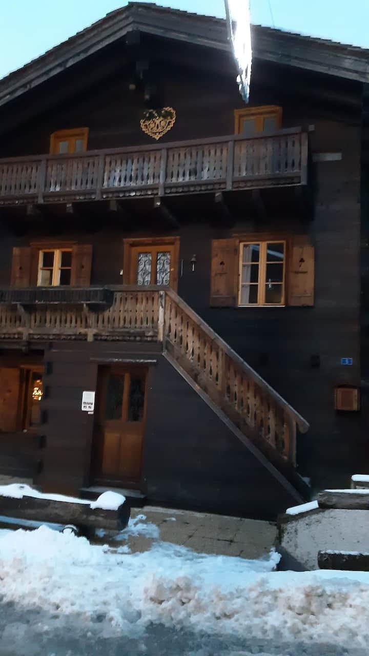Appart. typique dans chalet avec balcons et vue.