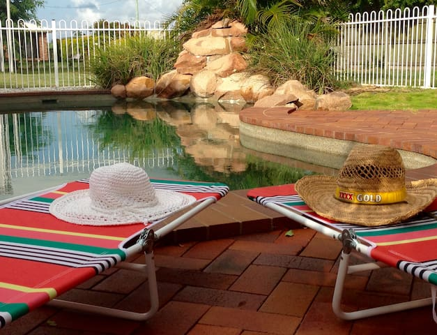 Turtle Trail Retreat - Sleeps 15 - Burnett Heads - Hus
