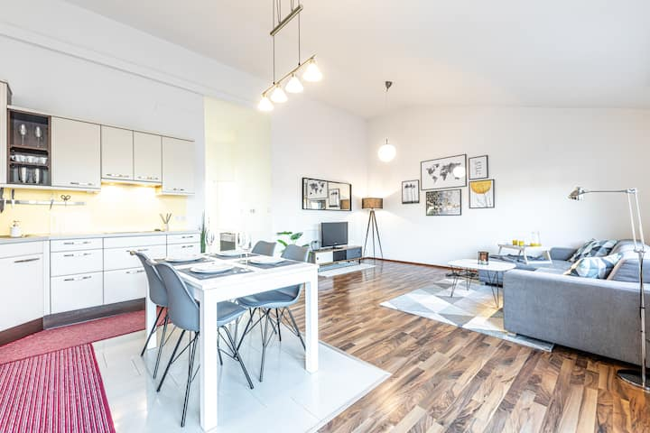 Sunny, quiet rooftop apartment with terrace!