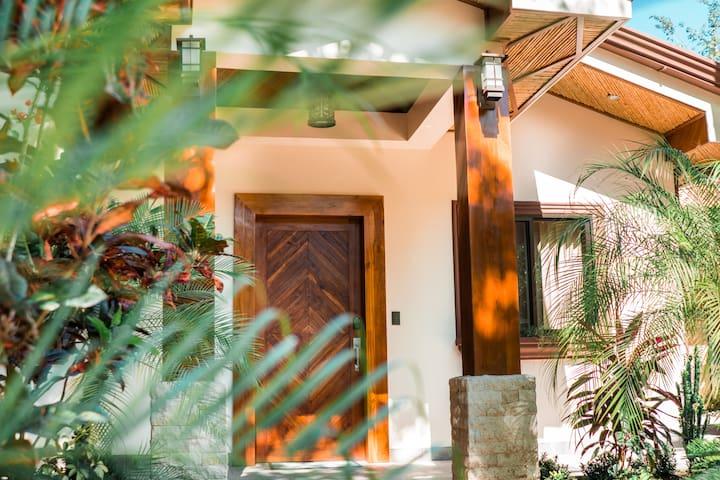 CLASSY PALMS   Luxury Villa w Private Pool + BBQ ✦