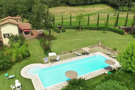Lovely farmhouse with private garden and pool - Anghiari - วิลล่า