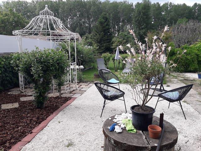 BERGERAC: chambre + jardin privé: 2 personnes
