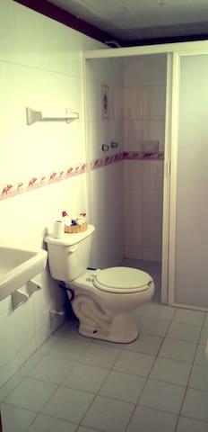 Baño: ¡perfectamente limpio y desinfectado! cuenta con jabón, shampoo y toallas.