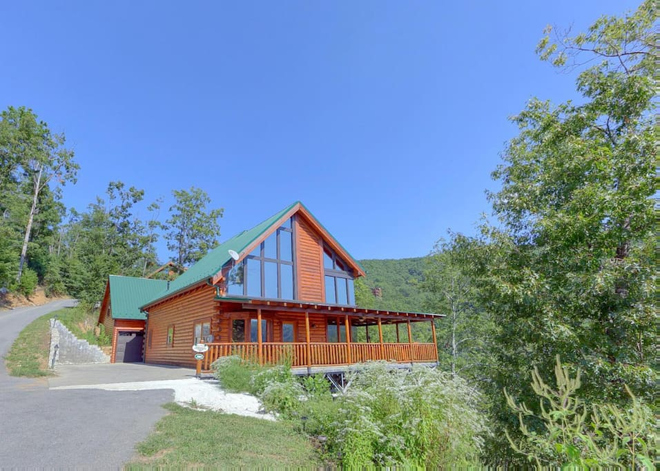 Brown bear lodge 49 cabins for rent in sevierville for Charlottesville cabin rentals hot tub