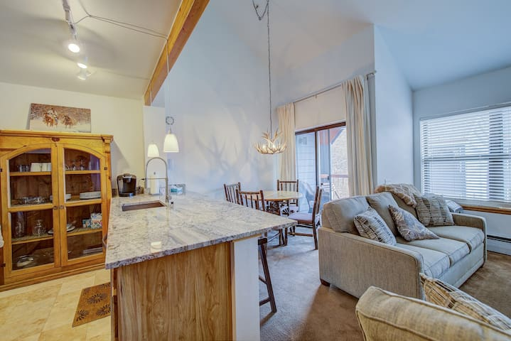 Awesome loft one bedroom. Ski In. Center of town!