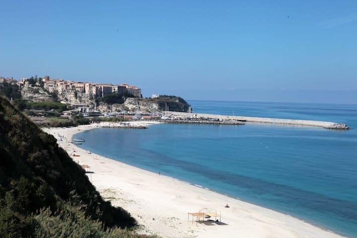 """Non lontano dall'abitazione (pochi minuti in macchina o 15 minuti a piedi) la spiaggia della """"Grazia"""" offre molti servizi come ampi parcheggi di cui una parte gratuiti, noleggio barche, bar e tanto altro"""