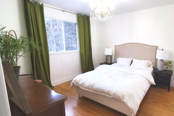 Green Room with Queen Bed