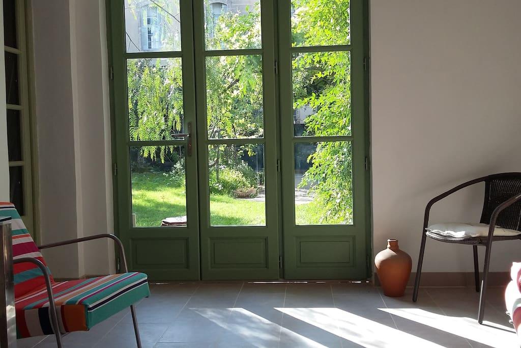 Cuisine-Salon donnant sur terrasse et jardin