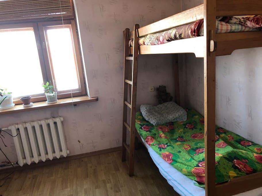 Спальня №3: с двух ярусной кроватью, большое светлое окно, рабочий стол, полка для одежды. Bedroom №3: with a bunk bed, large light window, work desk, clothes rack.