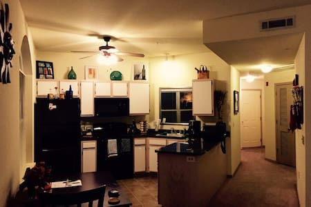 Modern 2bd/2bth in the city! - Fayetteville  - Appartement