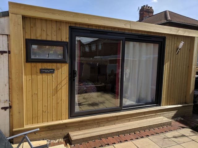 Cosy cabin with en-suite and parking