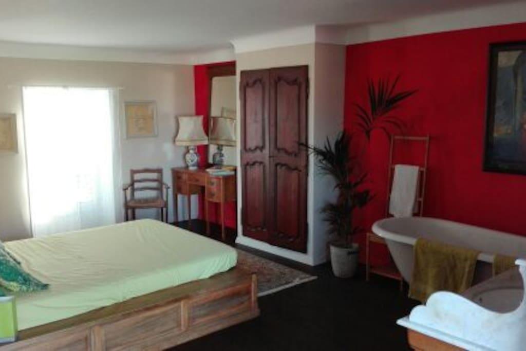 La chambre reste lumineuse tout au long de la journée avec des ouvertures de chaque côté