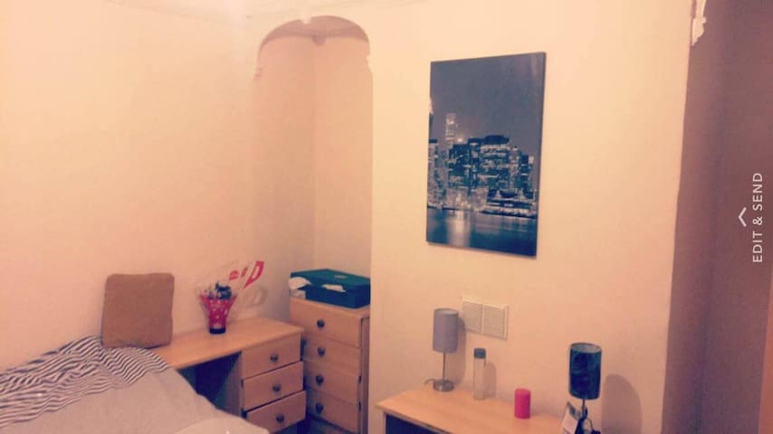 Master Bedroom centraly located close to riverside - Newcastle upon Tyne - Huis