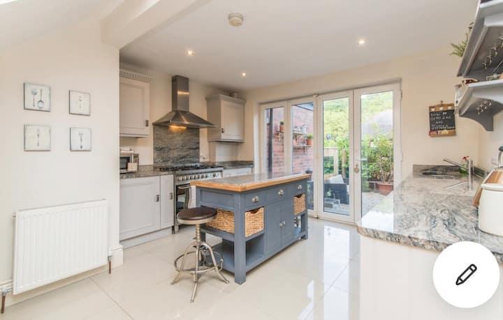 5 star Newcastle luxury  house with garden