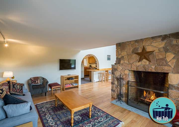 Spacious 4 story Winterberry 2 townhouse w/hot tub minutes from the slopes